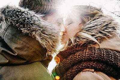 Deutschland, junges Paar, erste grosse Liebe, gemeinsame Zukunft, inniger Kuss, Gegenlicht, Glück, Zukunft - p300m2166233 von Annie Hall