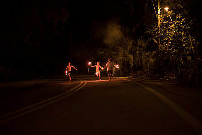 Group of boys with fireworks at night; Destin; Florida; USA - p429m859907 by Raphye Alexius