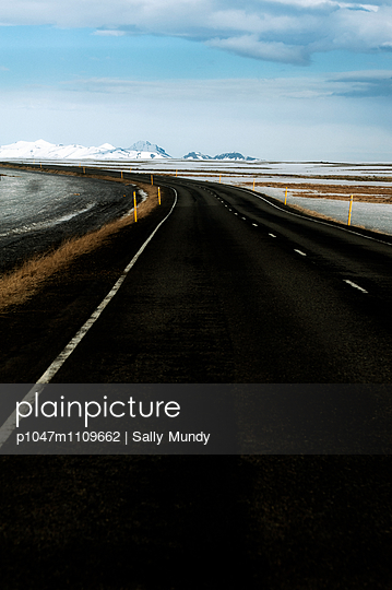 Empty tarmac road - p1047m1109662 by Sally Mundy