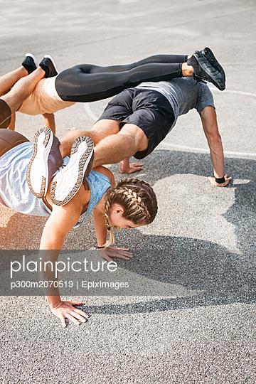 plainpicture - plainpicture p300m2070519 - Sportive team during workout - DEEPOL by plainpicture/Epiximages