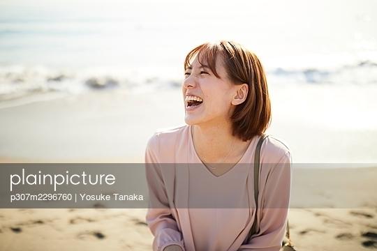 Young Japanese woman at the beach - p307m2296760 by Yosuke Tanaka