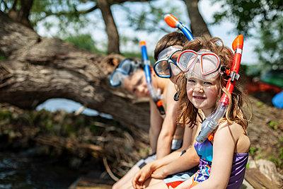 Kinder am See mit Taucherbrille - p1394m2089111 von benjamin tafel