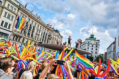 Sweden, Uppland, Stockholm, Ostermalm, Stureplan, Crowd at gay pride parade - p352m1349067 by Johan Mård