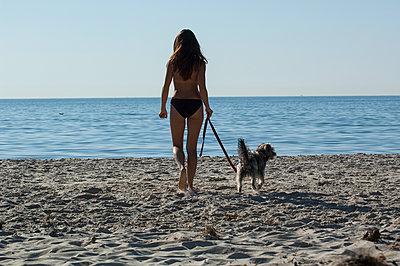Frau mit Hund - p427m1476352 von R. Mohr
