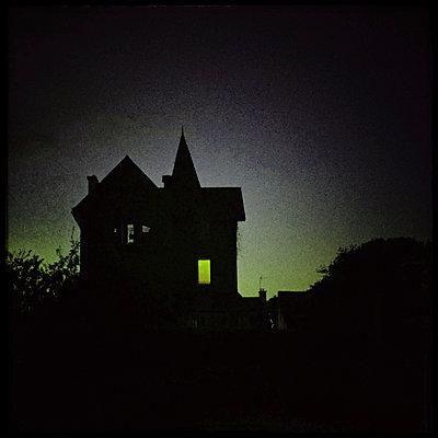 Unheimliches Haus - p567m1212518 von Alexis Bastin