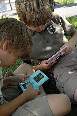 Zwei Jungen beim Nintendo DS spielen - p567m667677 von AURELIAJAEGER