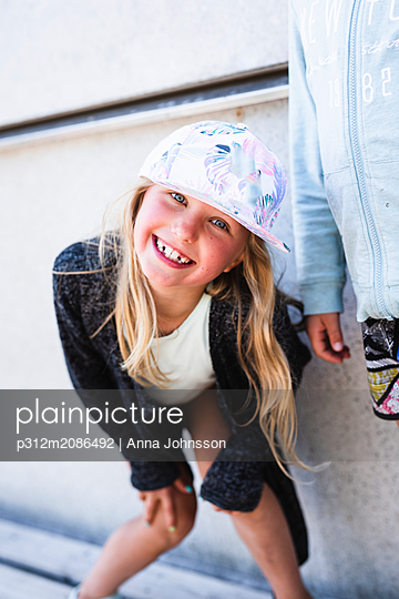 Smiling girl wearing hat - p312m2086492 by Anna Johnsson