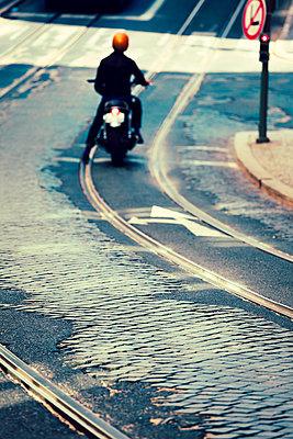 Motorradfahrer - p432m966362 von mia takahara