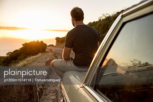 Mann betrachtet den Sonnenuntergang - p1355m1574118 von Tomasrodriguez