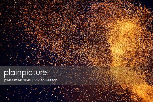 Funken Feuer - p1422m1491849 von Vivian Rutsch