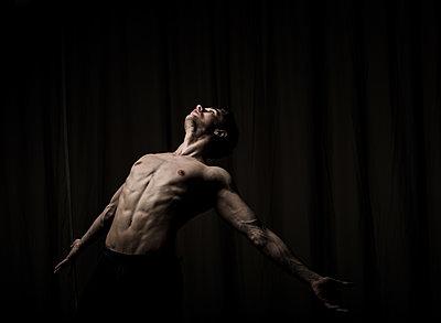 Young man practising free dance - p1139m2173412 by Julien Benhamou