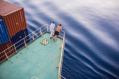 Zwei Personen auf einem Containerschiff - p1157m1041445 von Klaus Nather