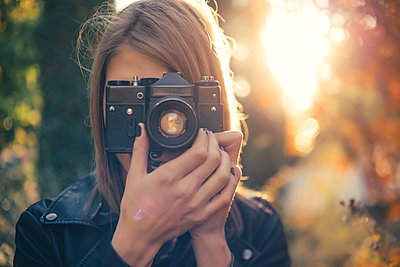 Woman taking photos with vintage camera - p300m1101037f by Javier Pardina