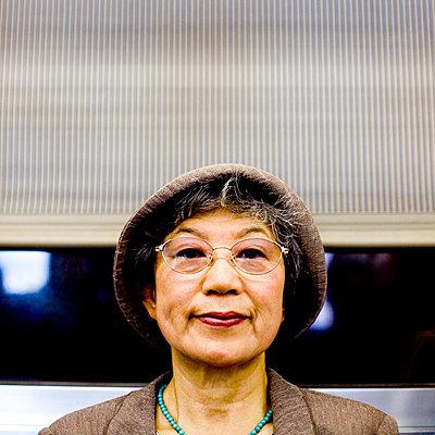 Serious Japanese woman wearing hat and eyeglasses - p555m1304455 by Jed Share/Kaoru Share