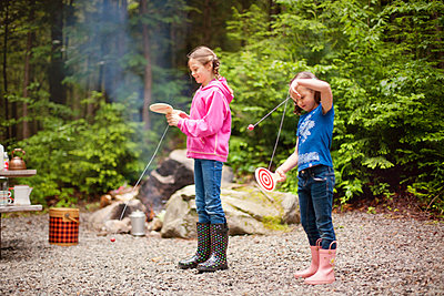 Caucasian girls playing with toys in forest - p555m1409457 by Shestock