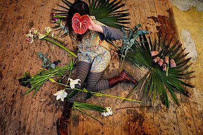 Frau zwischen Blumen - p567m1469207 von Ernesto Timor