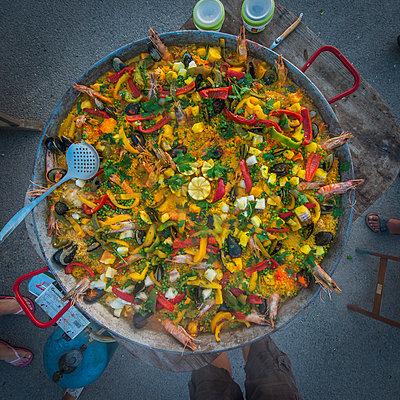 Enormous paella - p829m1110832 by Régis Domergue
