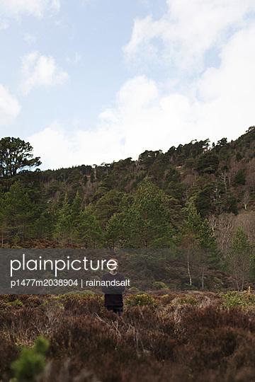 Wanderer im Glenmore Forest Park - p1477m2038904 von rainandsalt