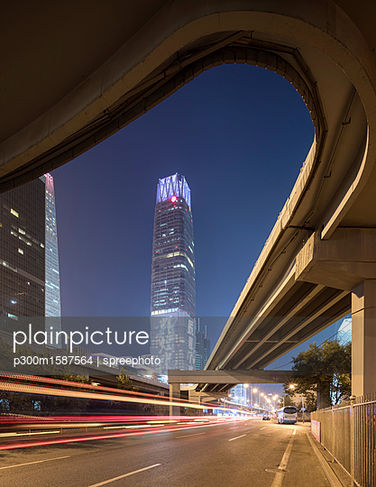 China, Beijing, Central business district and traffic at night - p300m1587564 von spreephoto