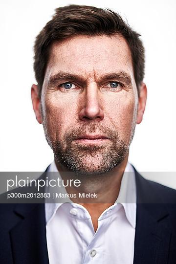 Portrait of serious man - p300m2012883 von Markus Mielek