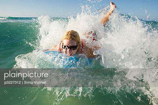 Frau am Strand - p3227312 von Simo Vunneli