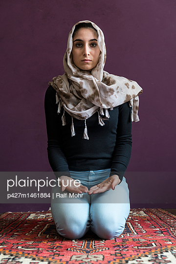 Female Muslim being at prayer - p427m1461884 by R. Mohr