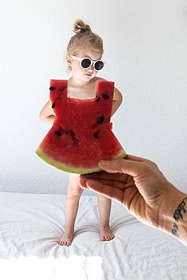Kleines Mädchen mit Melonenkleid - p1301m1465606 von Delia Baum