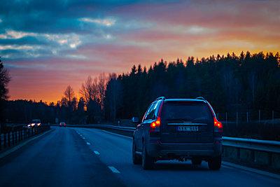 Auto auf einer Schnellstraße in der Abenddämmerung - p1418m1571793 von Jan Håkan Dahlström