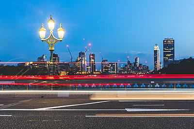 UK, London, traffic light trails on Westminster Bridge at dusk - p300m1581068 by William Perugini