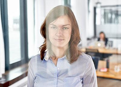 Portrait im Büro - p1124m1208683 von Willing-Holtz