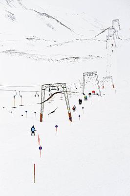 Skifahrer auf einer Piste mit Skilift, Hintertux, Tirol, Österreich - p1316m1160419 von Peter von Felbert