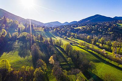 Germany, Bavaria, Gaissach, Sun shining overSonntratnmountain in spring - p300m2198983 by Martin Siepmann