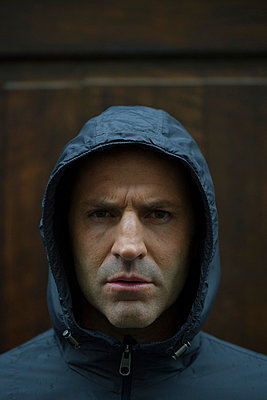 Man in hooded jacket, portrait - p675m922765 by Frederic Cirou