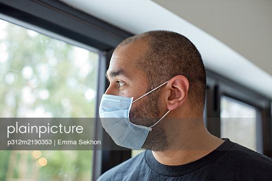 Man wearing protective mask - p312m2190353 by Emma Sekhon