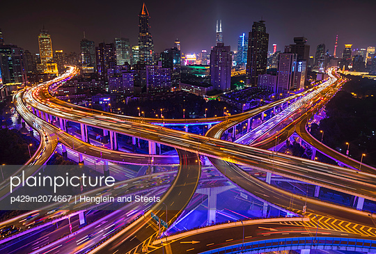 Nine dragon intersection at night, high angle view, Shanghai, China - p429m2074667 by Henglein and Steets