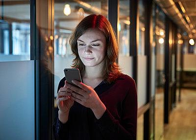Frau mit Smartphone - p1124m1208715 von Willing-Holtz