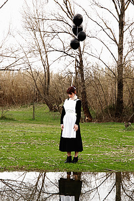 Dienstmädchen mit schwarzen Luftballons - p1521m2158320 von Charlotte Zobel