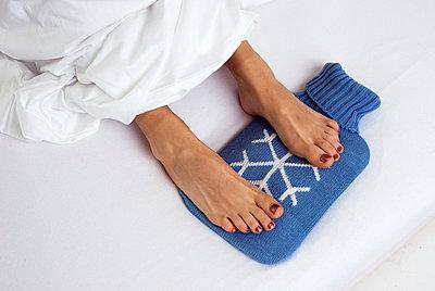 Woman lying in bed - p3790397 by Scheller