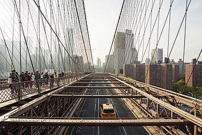 Crowd of tourists crossing Brooklyn Bridge, New York, USA - p429m1155971 by Oscar Bjarnason