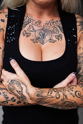 Tattoo at the cleavage - p586m859055 by Kniel Synnatzschke