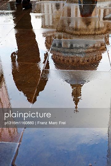 Spiegelung der St. Paul's Cathedral auf regennassem Boden, City, London, England, Vereinigtes Königreich - p1316m1160880 von Franz Marc Frei