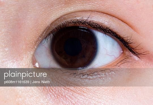 Braune Augen - p608m1161639 von Jens Nieth