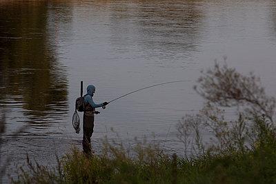 Angelnder Mann am Fluß - p1650m2230887 von Hanna Sachau