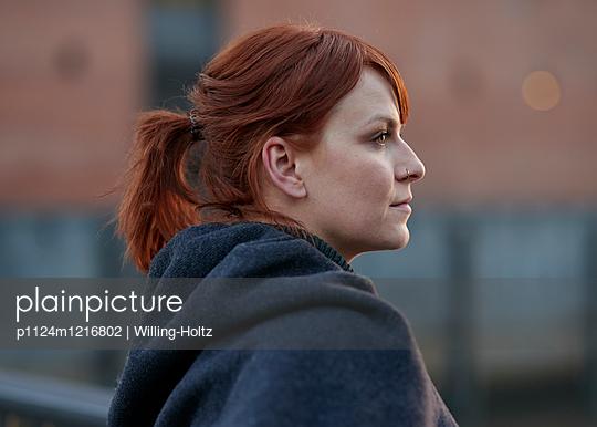 Portrait Frau - p1124m1216802 von Willing-Holtz
