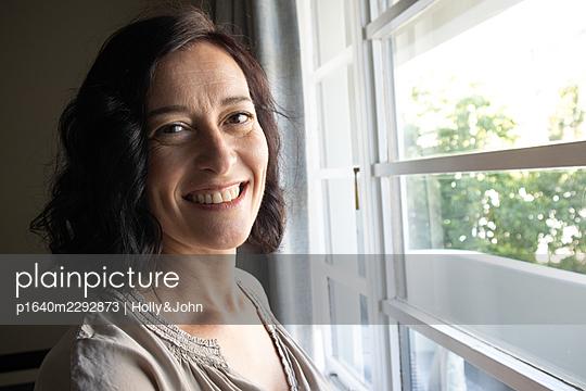 Frau zuhause - p1640m2292873 von Holly&John
