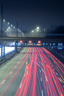 Germany, Hamburg, evening rush hour on the Autobahn - p300m981251f by Stefan Kunert