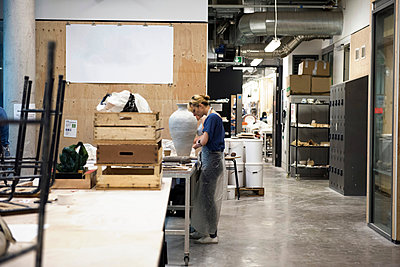 Woman in art studio making pottery - p429m1513867 by G. Mazzarini