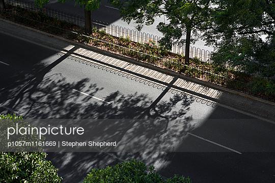 Leere Straße - p1057m1161669 von Stephen Shepherd