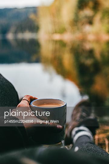 Morgenkaffee an einem Bergsee - p1455m2204898 von Ingmar Wein