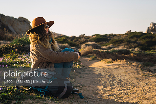 Italy, Sardinia, woman on a hiking trip having a break - p300m1581453 von Kike Arnaiz